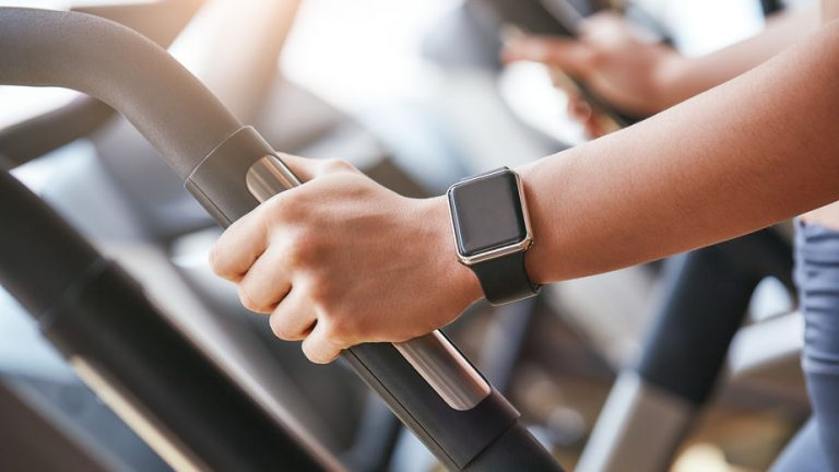 usando smartwatch en gym