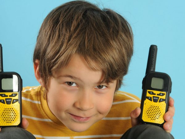 niño con dos walke talkies