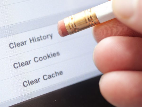 20470140 – an eraser pointing to a clear internet history option on a computer.